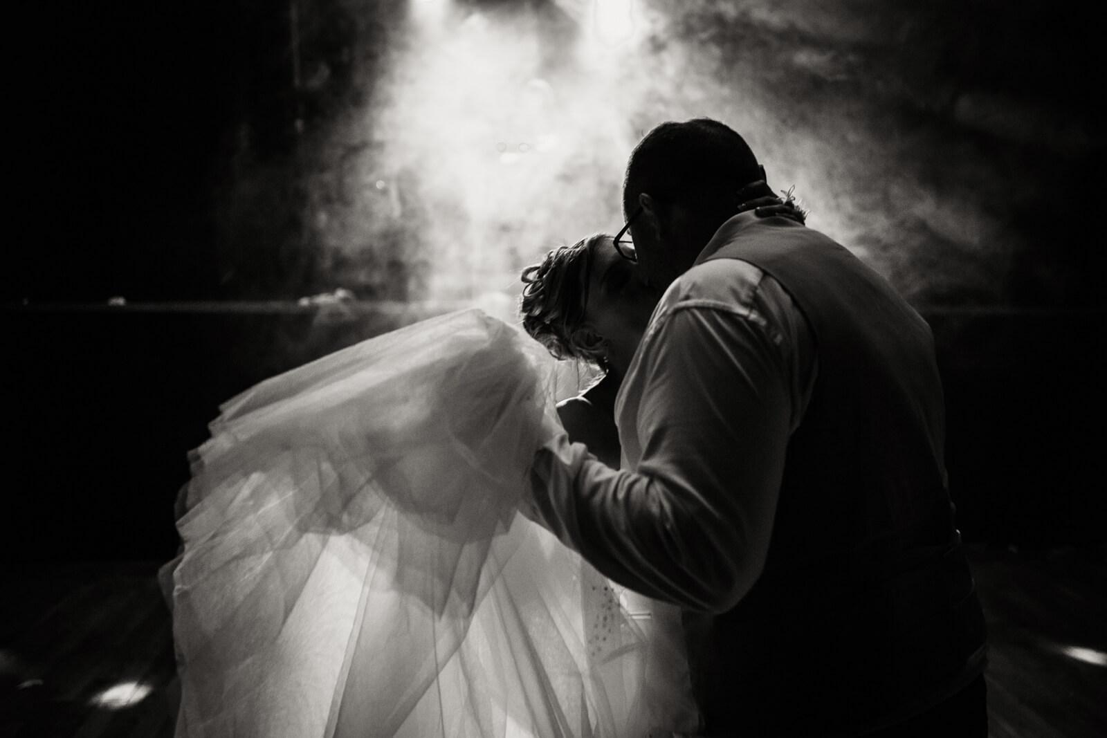 les maries entament leur premiere danse
