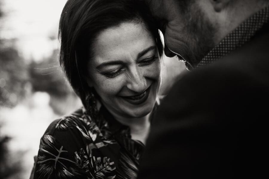 seance photo de couple en noir et blanc