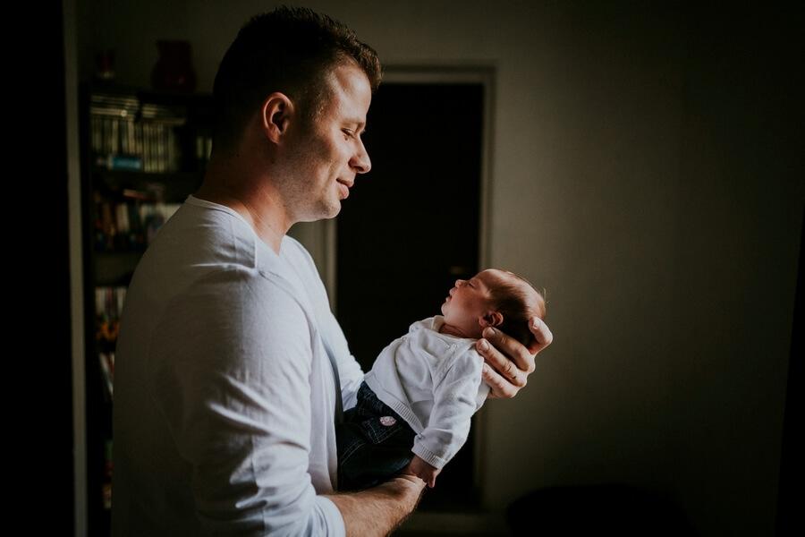 séance câlin papa et bébé à la maison