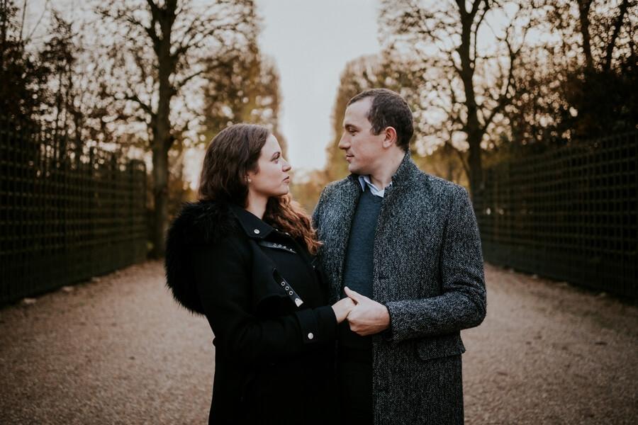 deux amoureux en balade dans les jardins du chateau de Versailles