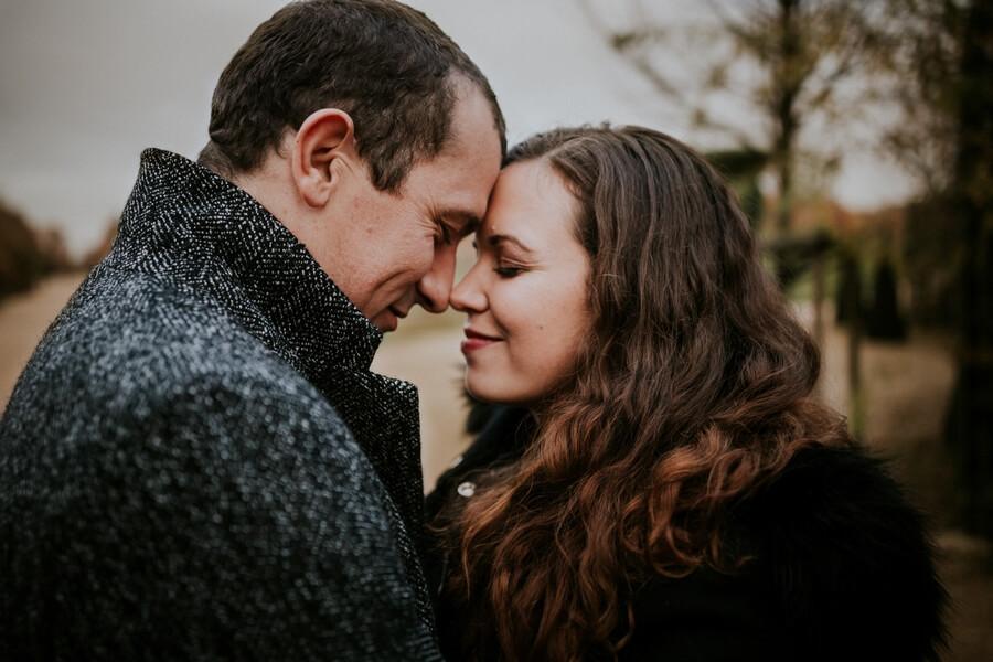 un moment suspendu entre deux amoureux au chateau de Versailles