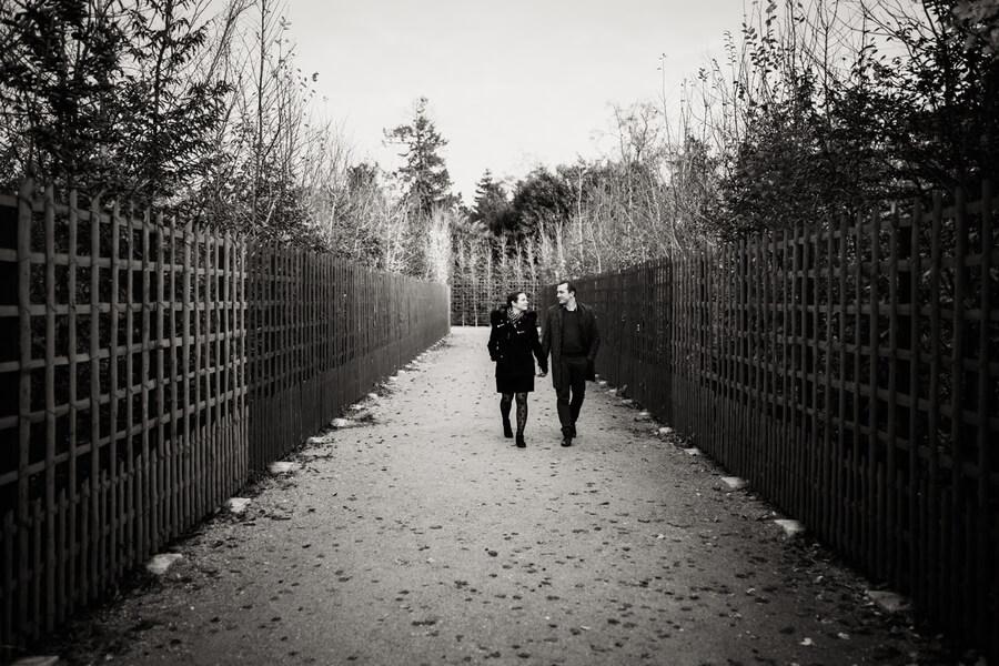 deux amoureux se promenent dans le parc de Versailles