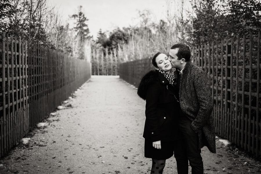 un baiser en noir et blanc dans le parc de Versailles